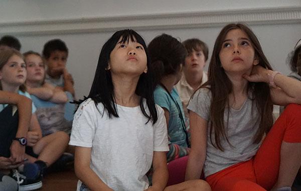kids-looking-up